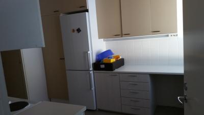 huoneisto nro 3, keittiö, uudet alakaapit ja jääkaappi