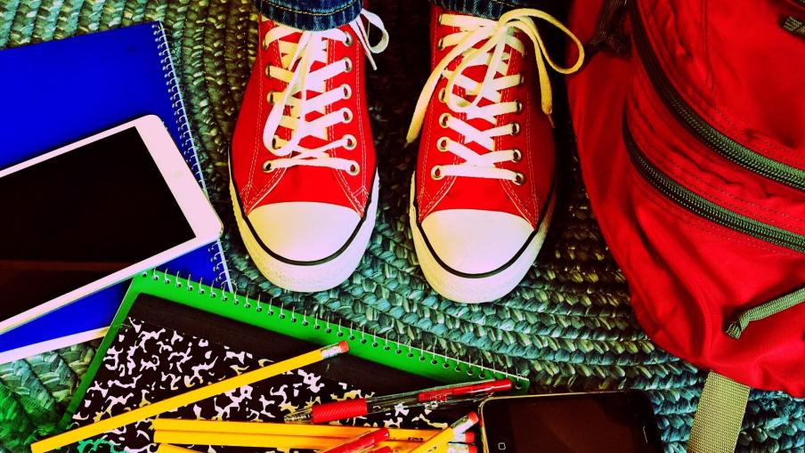 kuvassa on opiskelijan kengät ja opiskeluvihkoja. Kuva on kuvituskuvana aiheeseen liittyen.