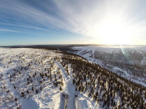 Kuvassa Saariselän Rinnealue talvella. Taustalla näkyy Iisakkipää ja etualalla Kaunispää. Kuva: Markku Inkilä.