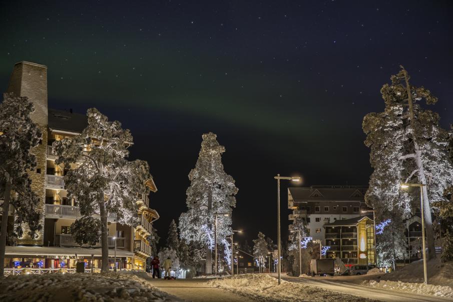 Saariselän keskustaa, kuvassa vasemmalla Gielas-hotellirakennus ja oikealla Hotelli Riekonlinna. Talvinen kuva, kuvaajana Jouni Männistö