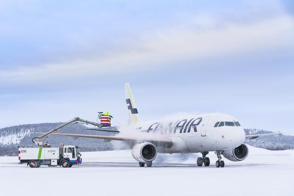 Kuvassa Finnairin kone Ivalon lentoasemalla.