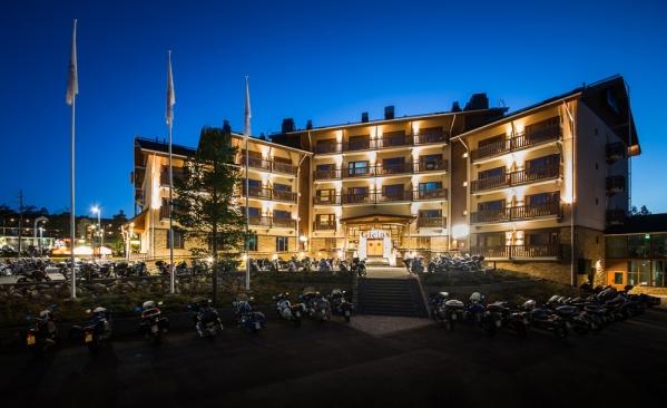 kuvassa hotellirakennus Saariselällä. Edessä moottoripyöriä.