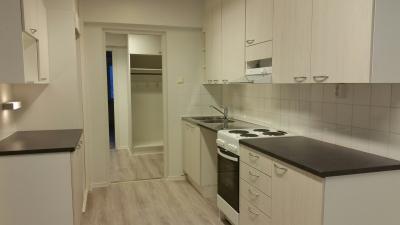Kuvassa Kalottikeskuksen asunnon nro 7 keittiö. Keittiökalusteet on uusia.