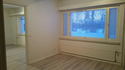 Kuvassa Kalottikeskuksen asunto nro 1. Oikella makuuhuone ja vasemmalla oleskelutila. Kuva: Marja Männistö