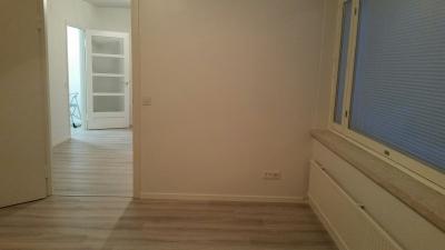 Itäsiivessä on neljä samanmallista huoneistoa, kooltaan 48,5 m2 ja ne ovat suosittuja  yksin asuvien ja pariskuntien keskuudessa.