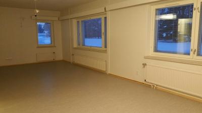 Ykköskerroksen tilavan yksiön saat kalustuksella mieleiseksesi; oleskelu- ja makuutilat ovat siellä minne nekalustuksella laitat. Huoneisto sijaitsee rauhallisella paikalla, näkymät ikkunasta ovat pohjoiseen, jossa ei olenaapureita lähettyvillä.