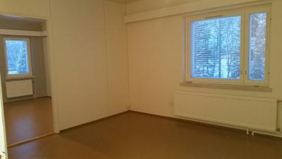 Kakkoskerroksen kaksio sijaitsee kiinteistössä myös rauhallisella paikalla, sillä ikkunasta näkyy  vain peltoa ja puustoa, naapureita ei ole lähettyvillä. Siisti asunto soveltuu yksin asuvalle tai  pariskunnalle