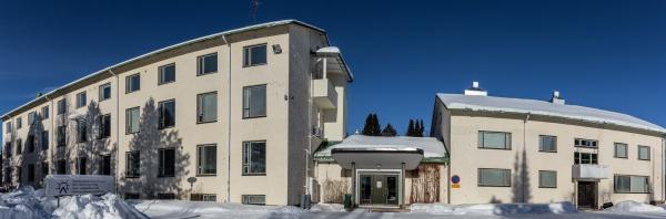 Kuvassa Kalottikeskus eli entinen emäntäkoulu kevätauringossa. Kuva: Jouni Männistö