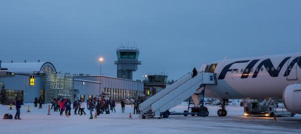 Kuvassa Ivalon lentoasemaa ja Finnairin kone. Talvinen kuva.