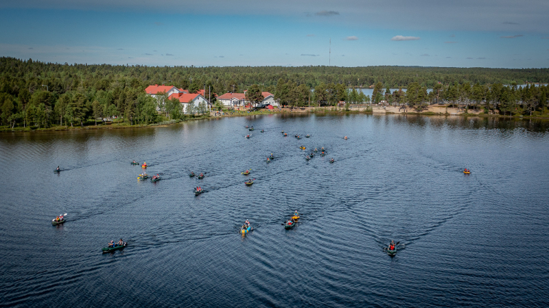 Kuvassa Sevettijärven koulun ranta. Rannasta lähtee Kairacross-kisaajia melomaan järvelle. Kuva: Poppis Suomela